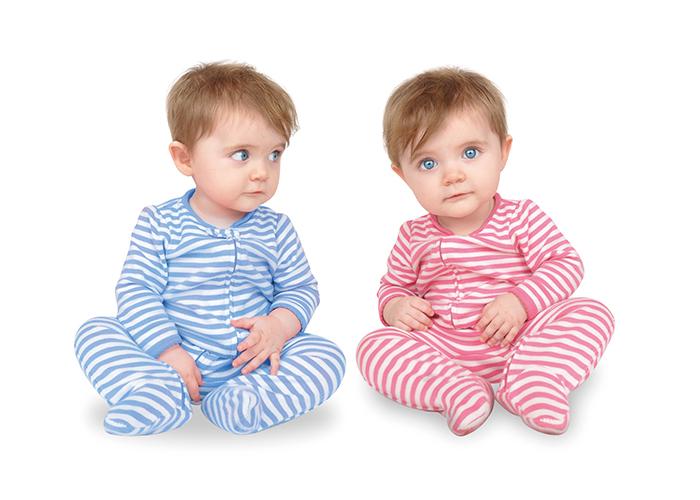 赤のパジャマと青のパジャマをそれぞれ着ているかわいい双子 不妊治療HP