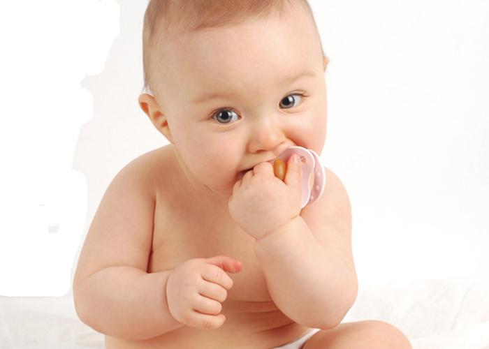 座っている無垢な可愛い赤ちゃん 不妊治療HP