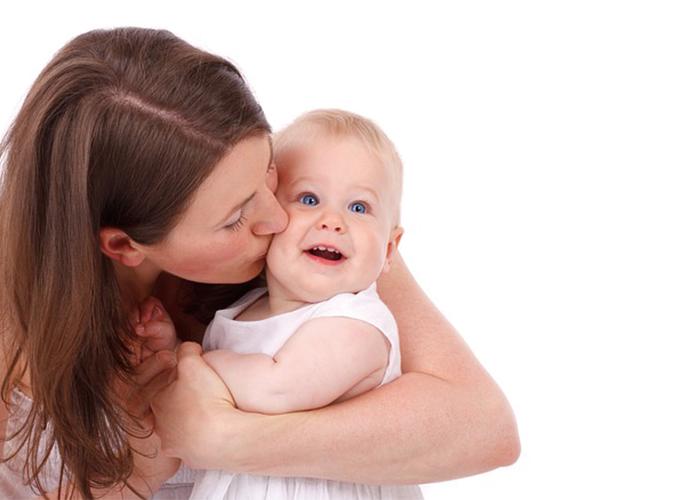 ママが赤ちゃんを抱きしめている|不妊治療HP