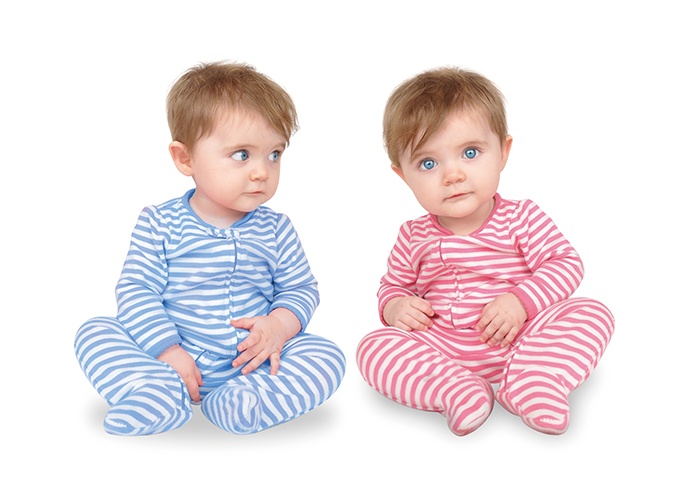 赤のパジャマと青のパジャマをそれぞれ着ているかわいい双子|不妊治療HP