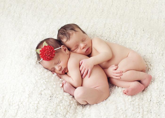 やわらかい毛布の上で寄り添って寝る双子の赤ちゃん|不妊治療HP