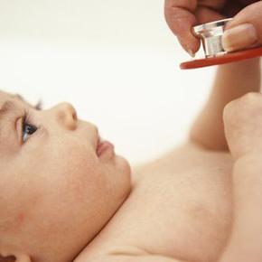 聴診器をあてられる赤ちゃん|不妊治療HP