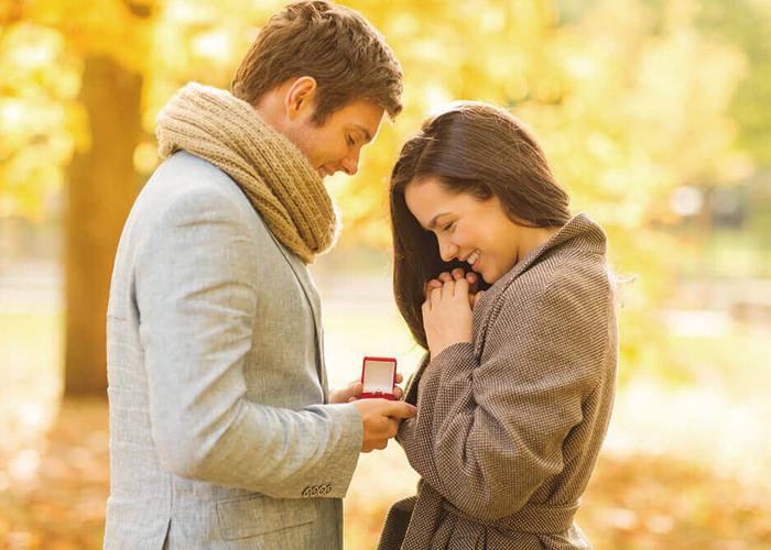男性が女性に指輪を贈ってプロポーズをしている幸せなカップル|不妊治療HP