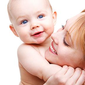 お母さんが赤ちゃんを抱っこして幸せそうな写真|不妊HP