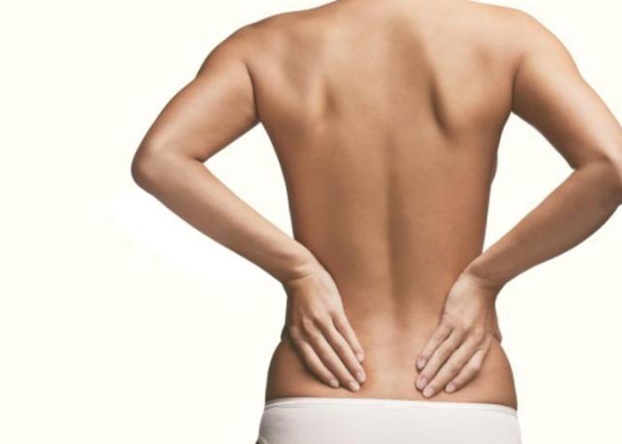 女性の背中と骨盤の写真|不妊治療HP