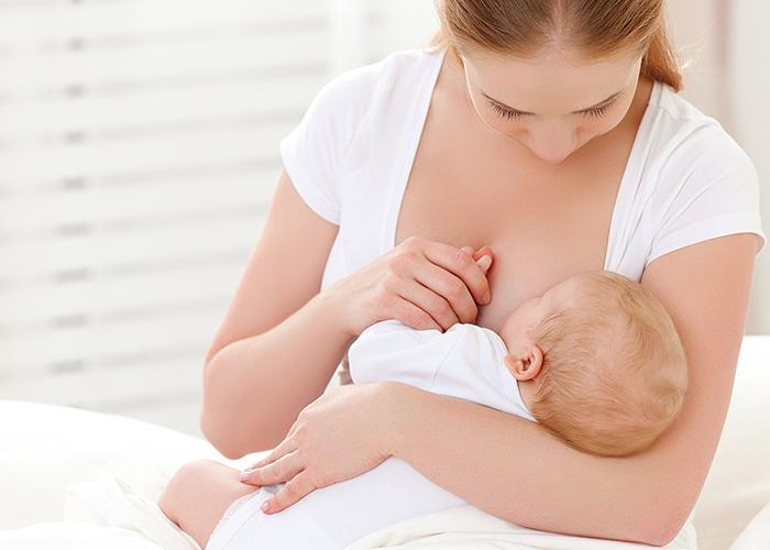 授乳をしているお母さん|不妊治療HP