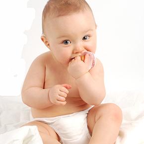 座っている無垢な可愛い赤ちゃん|不妊治療HP