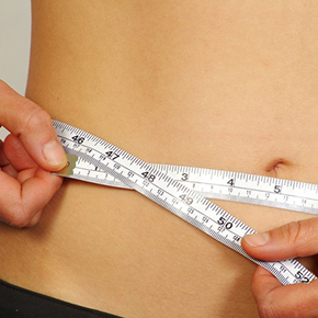 女性のウエストをメジャーで測っている写真|不妊治療HP