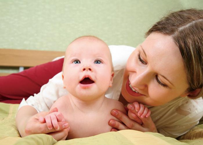 お母さんが赤ちゃんを後ろから抱きしめている様子|不妊治療HP