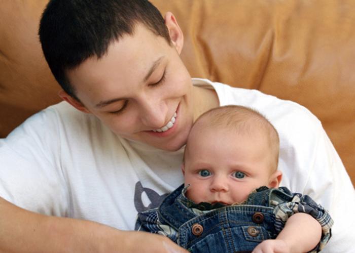 お父さんが愛おしげに赤ちゃんを抱っこしている様子|不妊治療HP