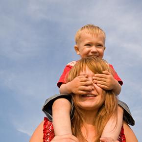 お母さんが子どもを肩車して幸せそうな様子|不妊治療HP