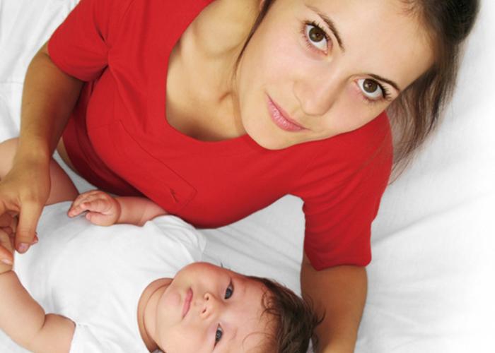 お母さんとまだ小さい赤ちゃん|不妊治療HP