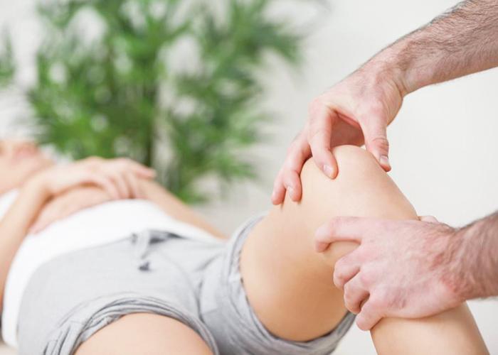 カイロプラクターが足の動きをチェックしているところ|不妊治療HP