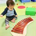 ボーネルンドの木琴で遊ぶ子ども|不妊治療HP