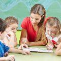 先生と生徒が勉強している|不妊治療HP