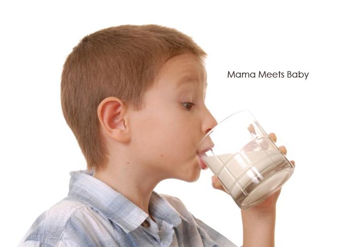 牛乳をグビッと飲んでいる少年|不妊治療HP