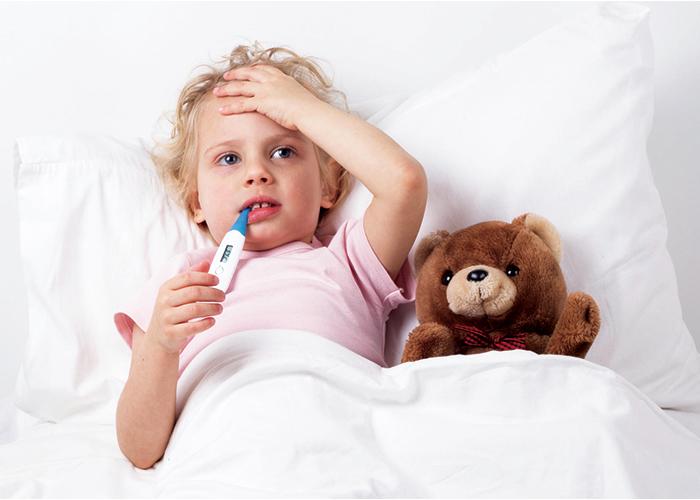 子供が体温計を加えている|不妊治療HP