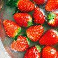 農薬が浮いているイチゴ|不妊治療HP