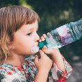 ペットボトルをラッパ飲みする女の子|不妊治療HP