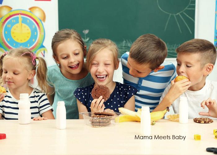 子ども達が楽しそうにお菓子を食べている写真|不妊治療HP