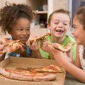 宅配ピザを頬張る子ども達|不妊治療HP