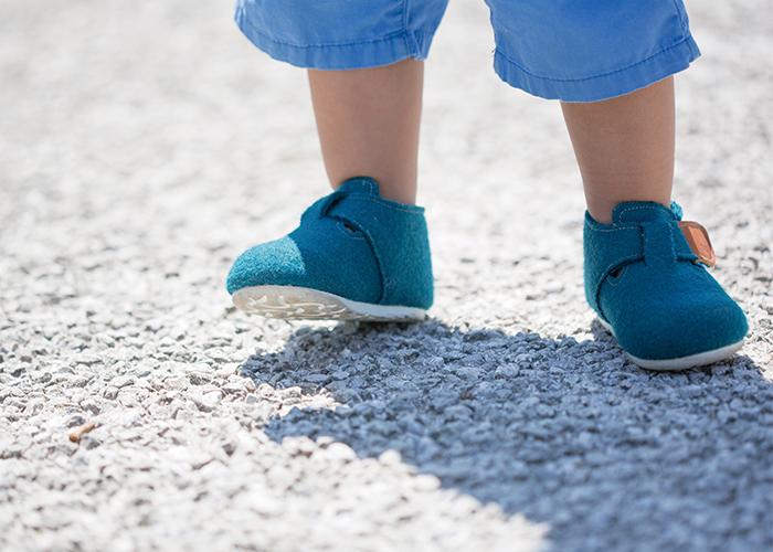 赤ちゃんが靴を履いて歩いている|不妊治療HP