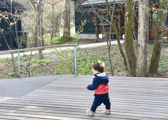 1歳の男の子が歩いている|不妊ケアHP