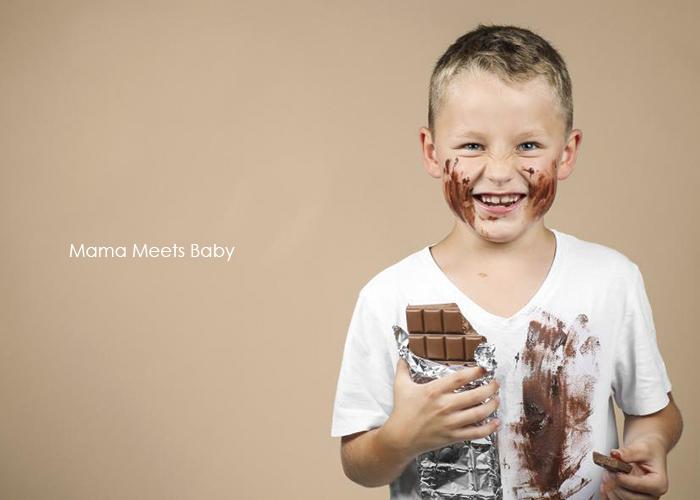 大きな板チョコを食べて歓喜している男の子|不妊・マタニティケアHP