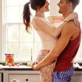 キッチンで仲睦まじく抱き合うカップル|美味しそうなヒマワリの種|不妊・マタニティケアHP